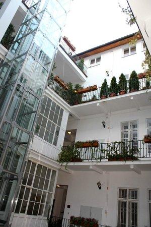 Hotel Salvator: Внутренний колодец и лифт