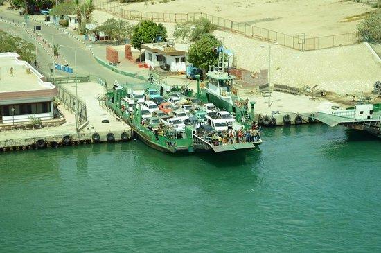 Suez Canal: un bac sur le canal de Suez