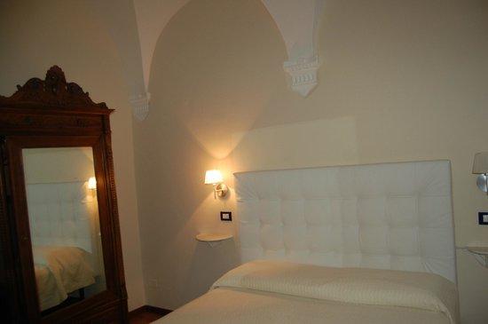 Bed & Breakfast Quattro Cantoni: Camera finemente arredata
