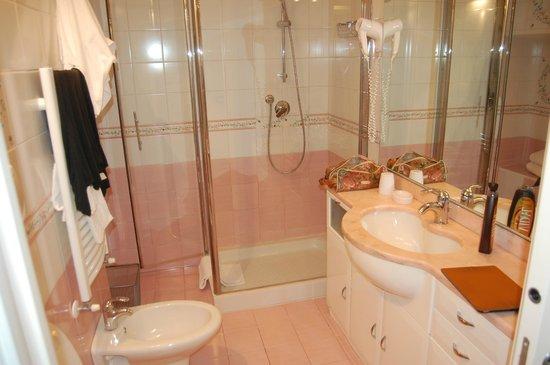 Bed & Breakfast Quattro Cantoni: Bagno pulito ed accessoriato