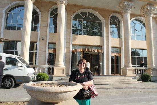 Royal Phoenix Beijing: entrance to hotel