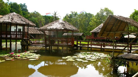 Sabah State Museum : some other old houses in the water