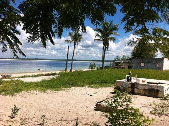 O Barqueiro Beach Bar: Vista da praia de Fernão Veloso