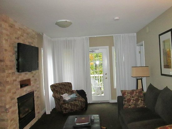 Carriage Hills Resort: Enjoyable Stay at Carriage Hills Barrie, Ontario - Living Room Area