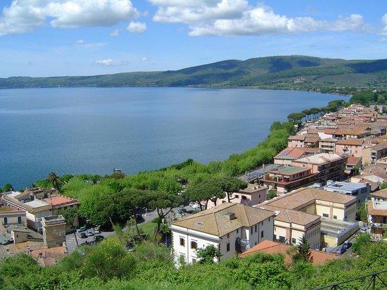 Trevignano Romano : Veduta di Trevignano dal castello diroccato.