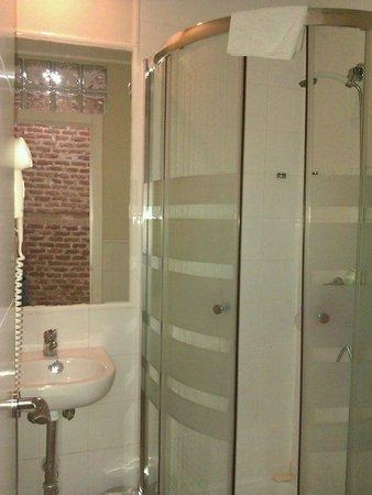 Hostal Madrid: Bathroom very clean