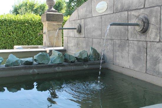 Le Mas Turquoise: fontaine eau de source potable 0 nitrates