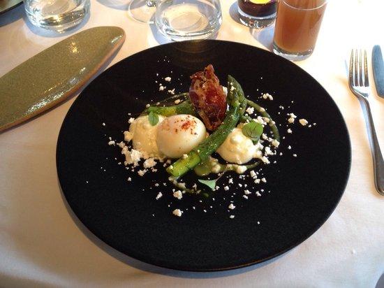 Auberge Saint Jean: Entrée asperges et œuf parfait