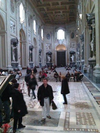 Arcibasilica di San Giovanni in Laterano: Innenraum mit den Aposteln