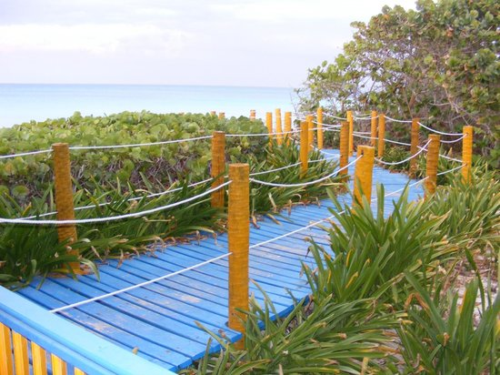Hotel Colonial Cayo Coco : one of the path to the beach
