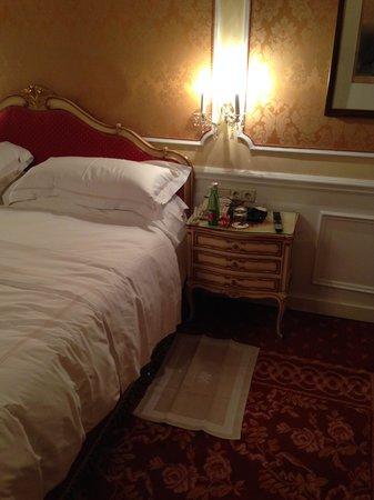 Hotel Imperial Vienna: notare il tappetino x non far toccare il pavimento e il cioccolattino con l'acqua