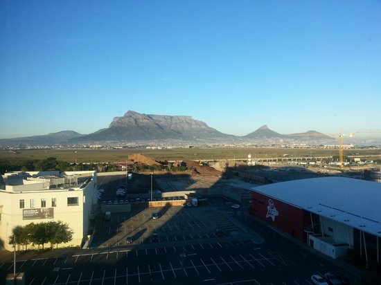 Cape Town Marriott Hotel Crystal Towers: Morning view of Tabale Mountain and the City