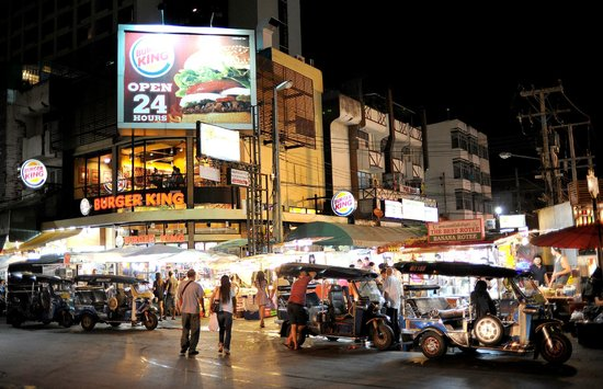 Mövenpick Suriwongse Hotel Chiang Mai : The Night Bazaar is two minutes away by foot