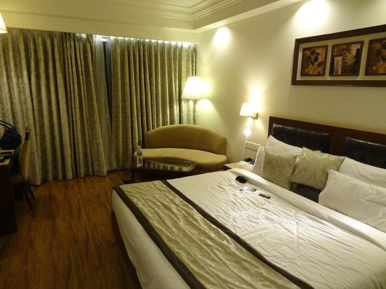 Hotel Regent Grand : Bed and Couch