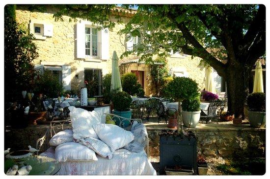 Le Mas du Grand Jonquier: giardino davanti all'ingresso