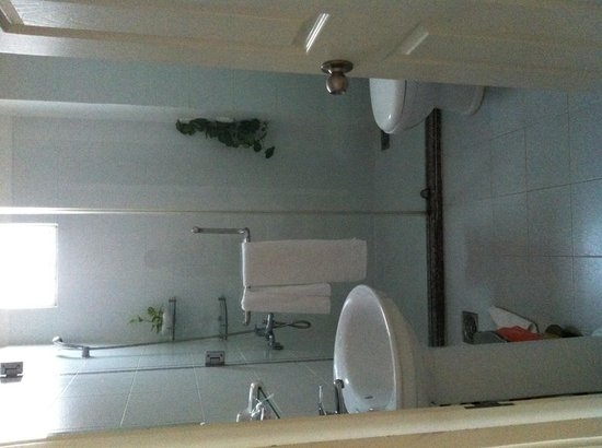 Cat Huy Hotel: Delux room bathroom- very clean