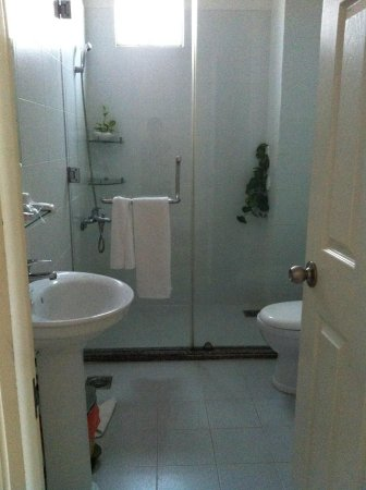 Cat Huy Hotel: Delux room bathroom- very clean