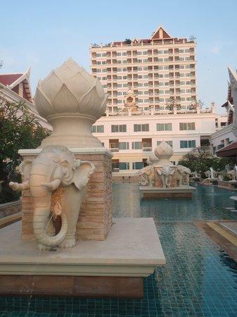 Grand Pacific Sovereign Resort & Spa: Altijd wel een plek vrij bij het zwembad