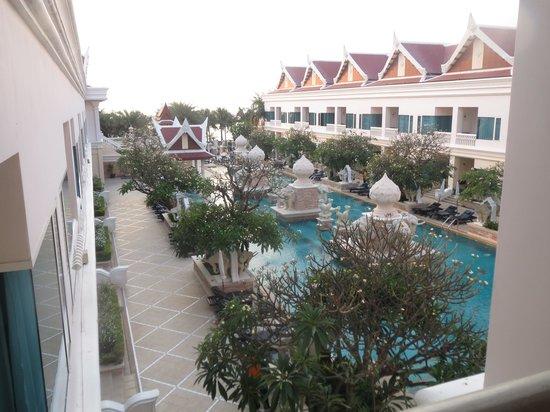 Grand Pacific Sovereign Resort & Spa: Rust en relaxen bij het zwembad