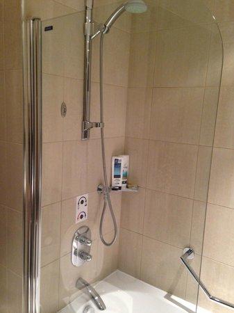 Hilton London Canary Wharf : Shower over bath