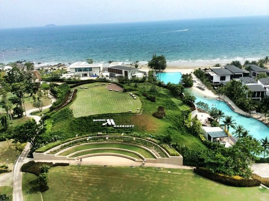 Rayong Marriott Resort & Spa: View of Beach area and swimming pool to the right side