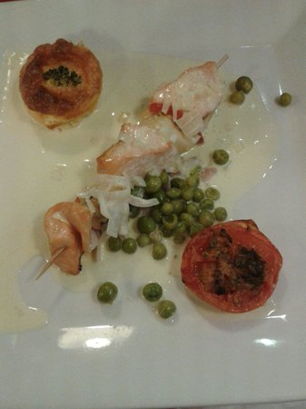 La Musardiere : Menu à 15.90 mon plat: brochette de st Jacques et de saumon avec une sauce,une tomate à la prove