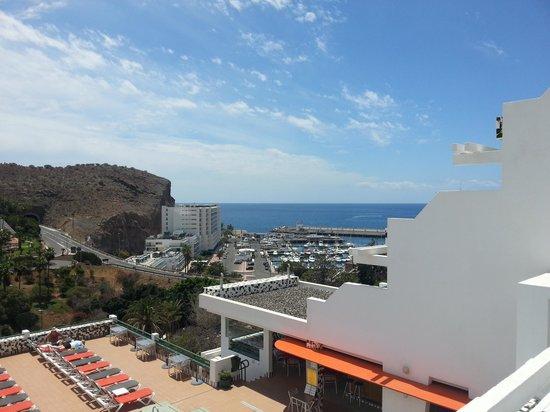 Porlamar Apartments: Pool bar and terrace