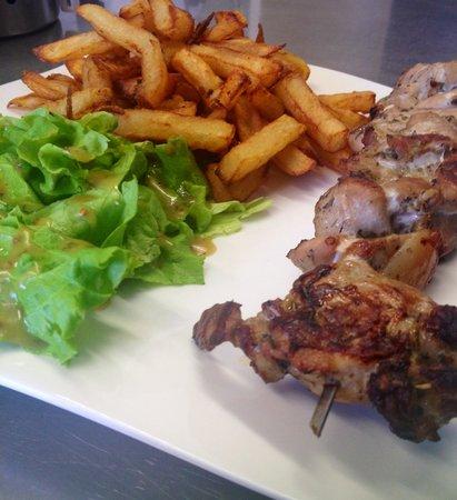 Pernes-les-Fontaines, Frankrike: Brochette de Cigaline de porc aux herbes,frites maison et salade verte