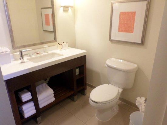 The Reach, A Waldorf Astoria Resort: Bad mit großer Dusche