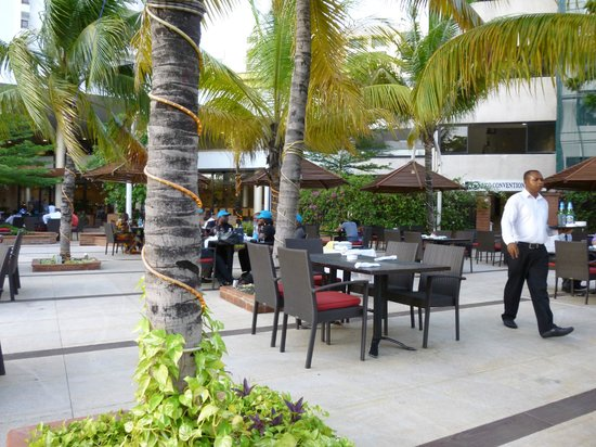Eko Hotels & Suites : Eating by the pool
