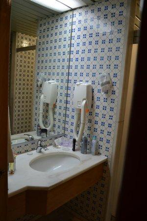Estoril Eden Hotel: place suffisante  pour y poser tous vos accessoires de toilette
