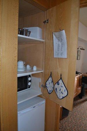 Estoril Eden Hotel: placard de la kitchenette avec vaisselle suffisante