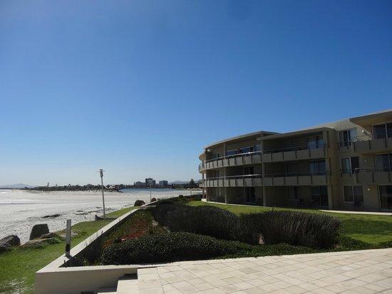 Sunstays Lagoon Beach Apartments: Hotel and Beach