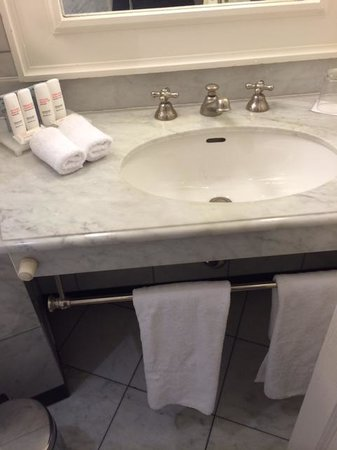 Le Dokhan's, a Tribute Portfolio Hotel: Marble bathroom