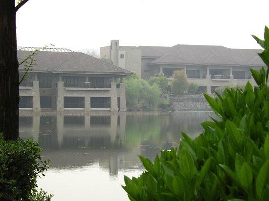 Narada Resort & Spa Liangzhu: Vista della struttura per le conferenze dal lago.