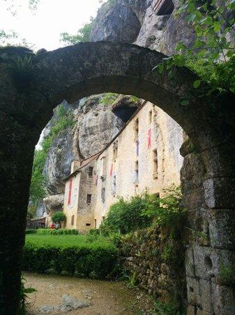 La Maison Forte de Reignac : Entrée maison falaise