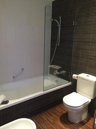AC Hotel Palau de Bellavista: Bathroom