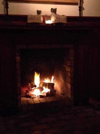 The Gables Restaurant: The Welcoming Fire keeping an ambient temperature :)