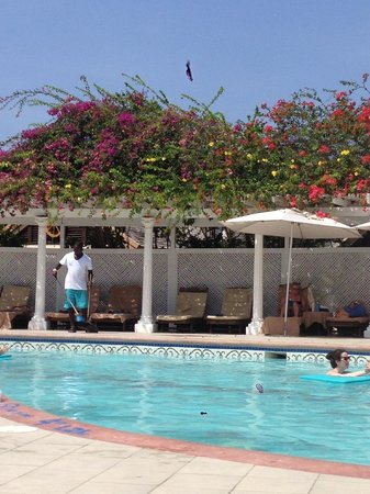 Sandals Royal Caribbean Resort and Private Island : Pool cleaning at 6:30am