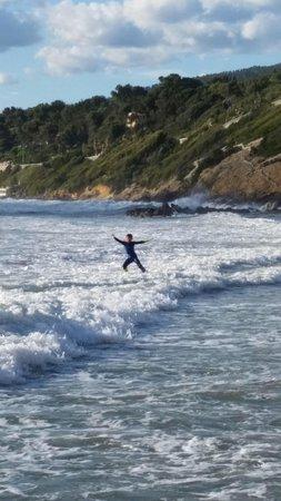 Hostellerie La Farandole : Surf devant l hotel!