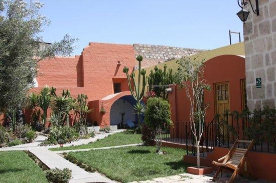 Hotel Casona Solar: Courtyard gardens