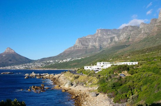 The Twelve Apostles Hotel and Spa : Hotelanlage vom Süden, im Hintergrund Camps bay