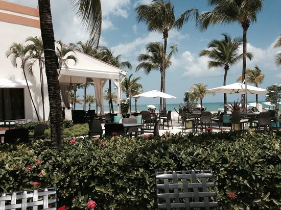 Courtyard by Marriott Isla Verde Beach Resort: Outdoor restaurant - lounges - South Beach style