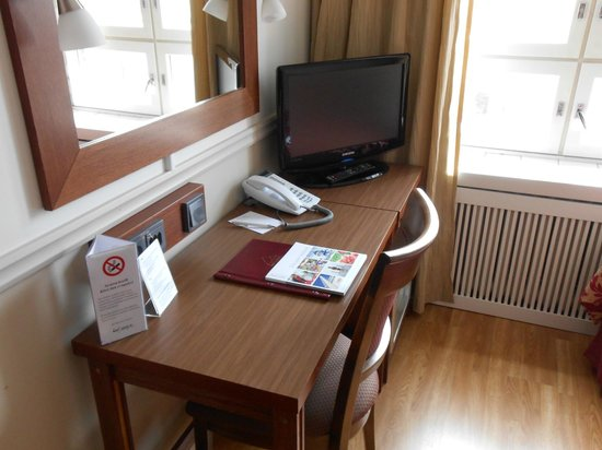 Anna Hotel: стол