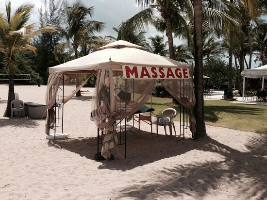 Courtyard by Marriott Isla Verde Beach Resort: Relaxing massage on the beach.