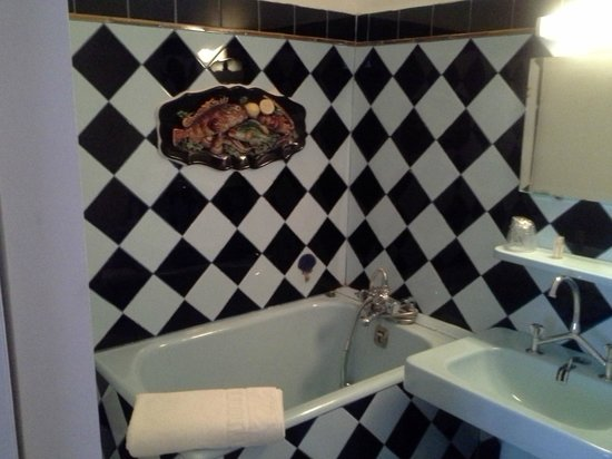 Hotel Peron : Bathroom with unexpected decoration :)