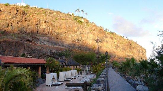 Hotel Jardín Tecina: Hotel Jardin Tecina Beachclub links - Hotel auf dem Felsen
