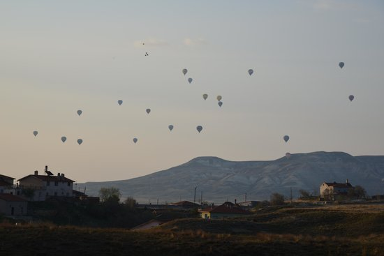 DoubleTree by Hilton Avanos - Cappadocia: Hot air balloons near Doubletree Hotel