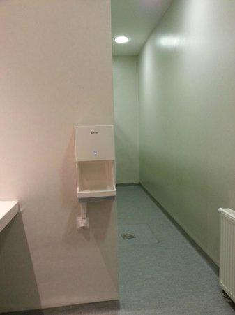 St Christopher's Gare du Nord Paris : Girls Bathroom