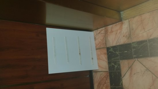 Marriott Vacation Club Pulse San Diego: signs falling off in elevator